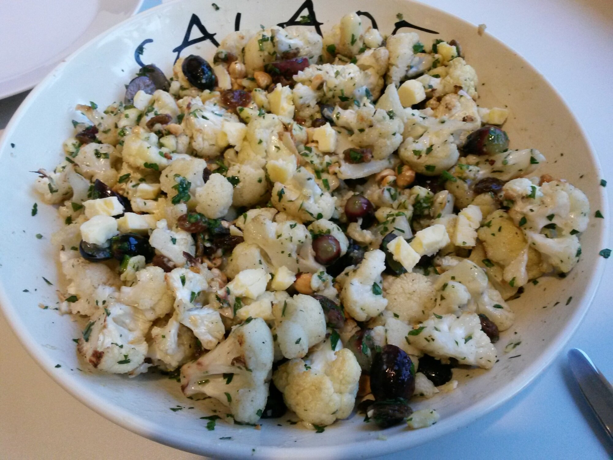 Bloemkoolsalade met druiven en kaas