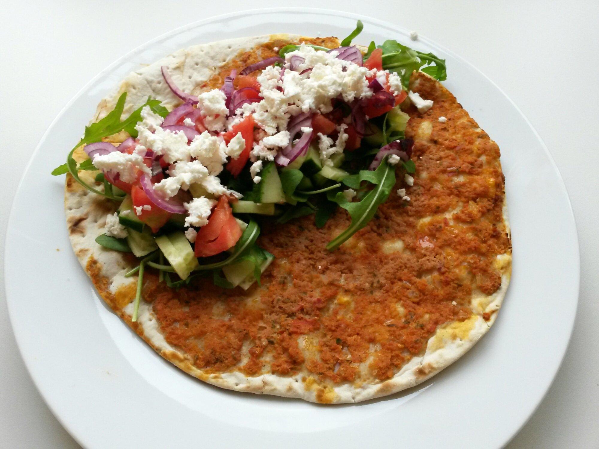 Snelle Turkse pizza met salade