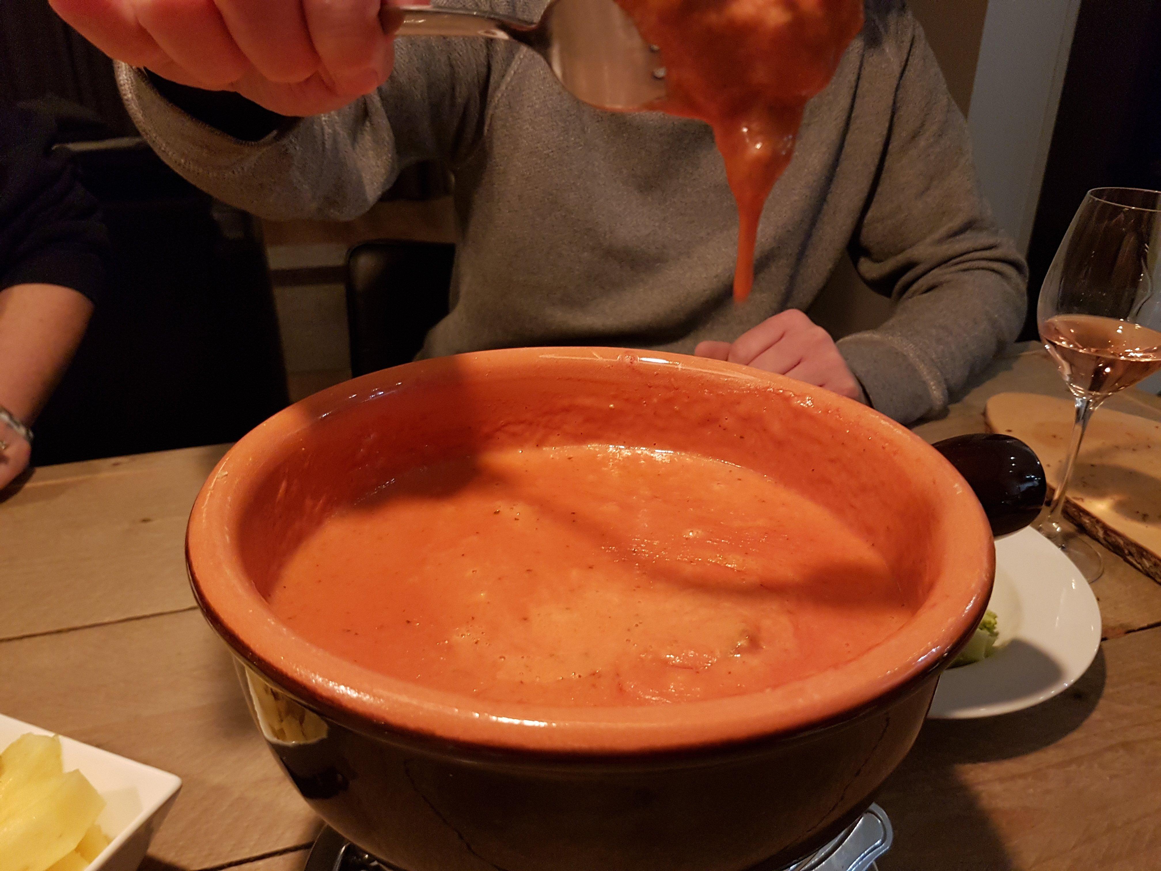Hollandse kaasfondue met Goudse kaas en tomatensaus