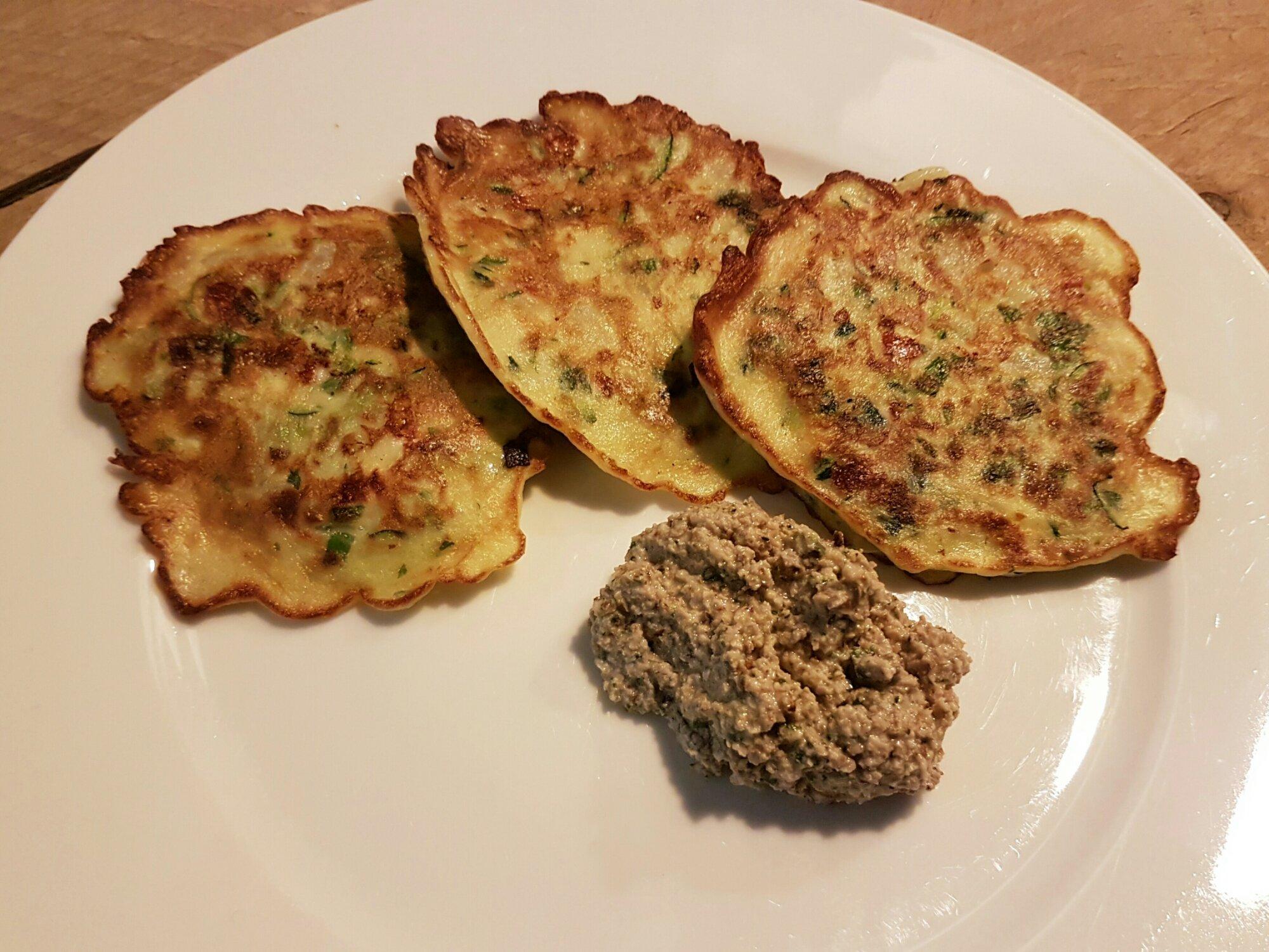 Venkel courgette pannenkoekjes met walnootsaus