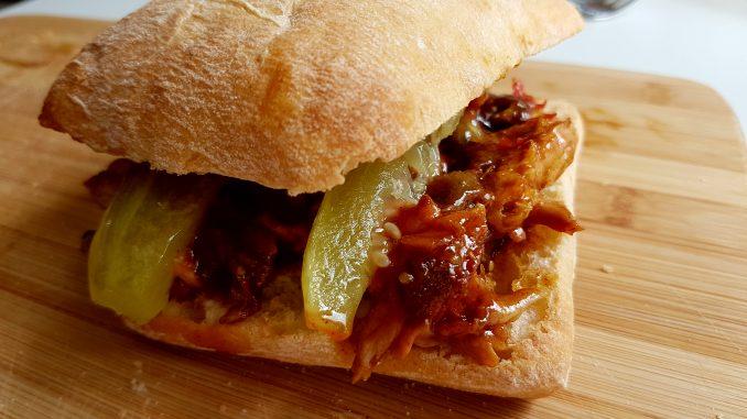 Rib sandwich met restjes spareribs op een ciabatta broodje met bbq saus en plakken augurk