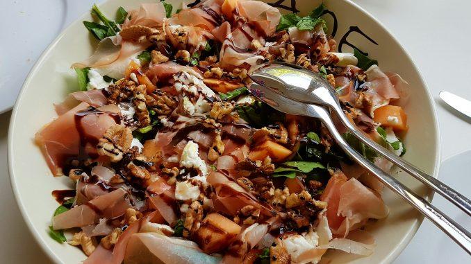 Rucola salade met meloen, rauwe ham en mozzarella
