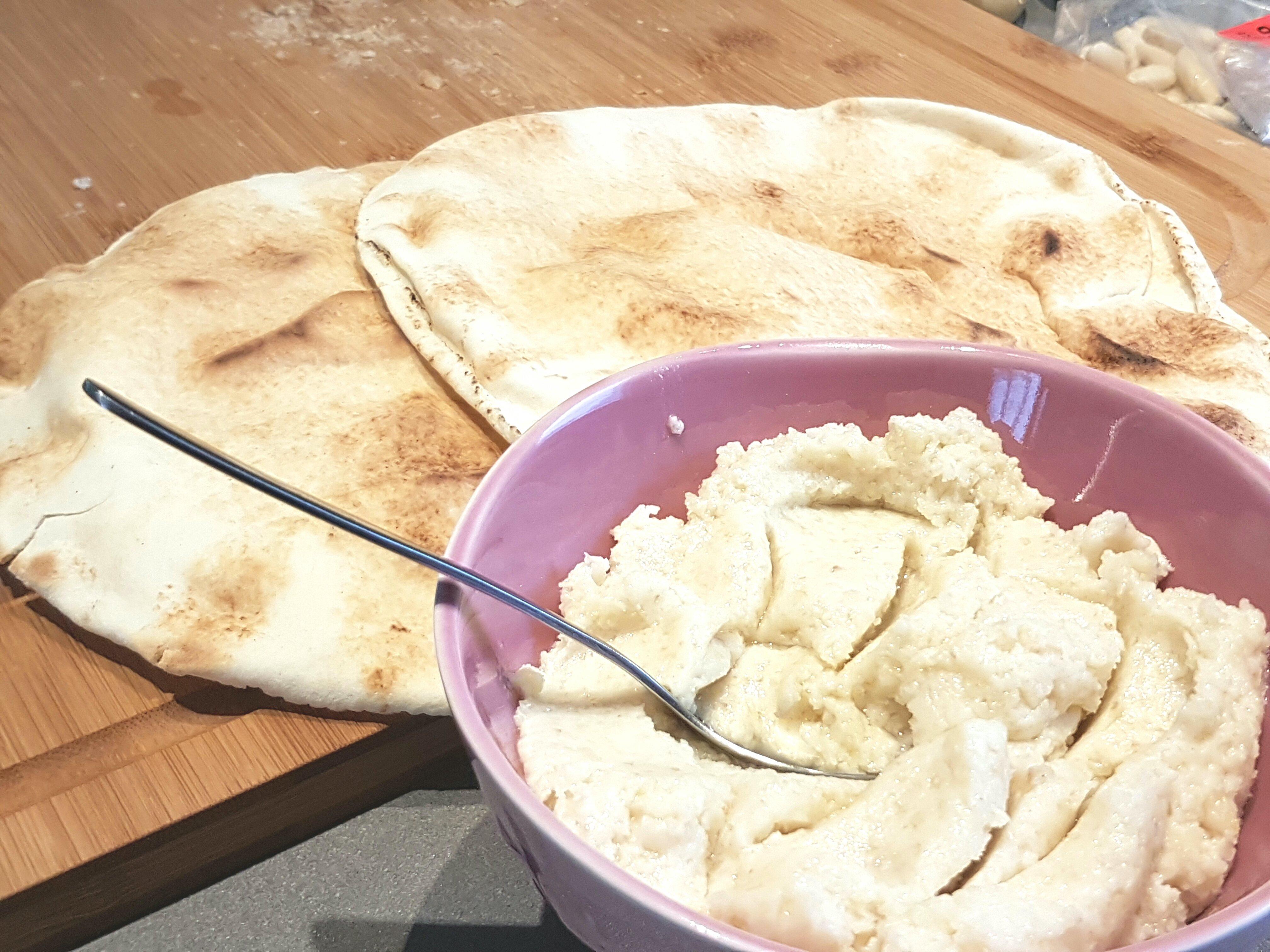 Amandel knoflookdip naar recept van Eat With diner met platbrood