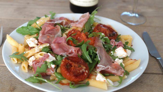 Pastasalade met geroosterde tomaten, rauwe ham en geitenkaas