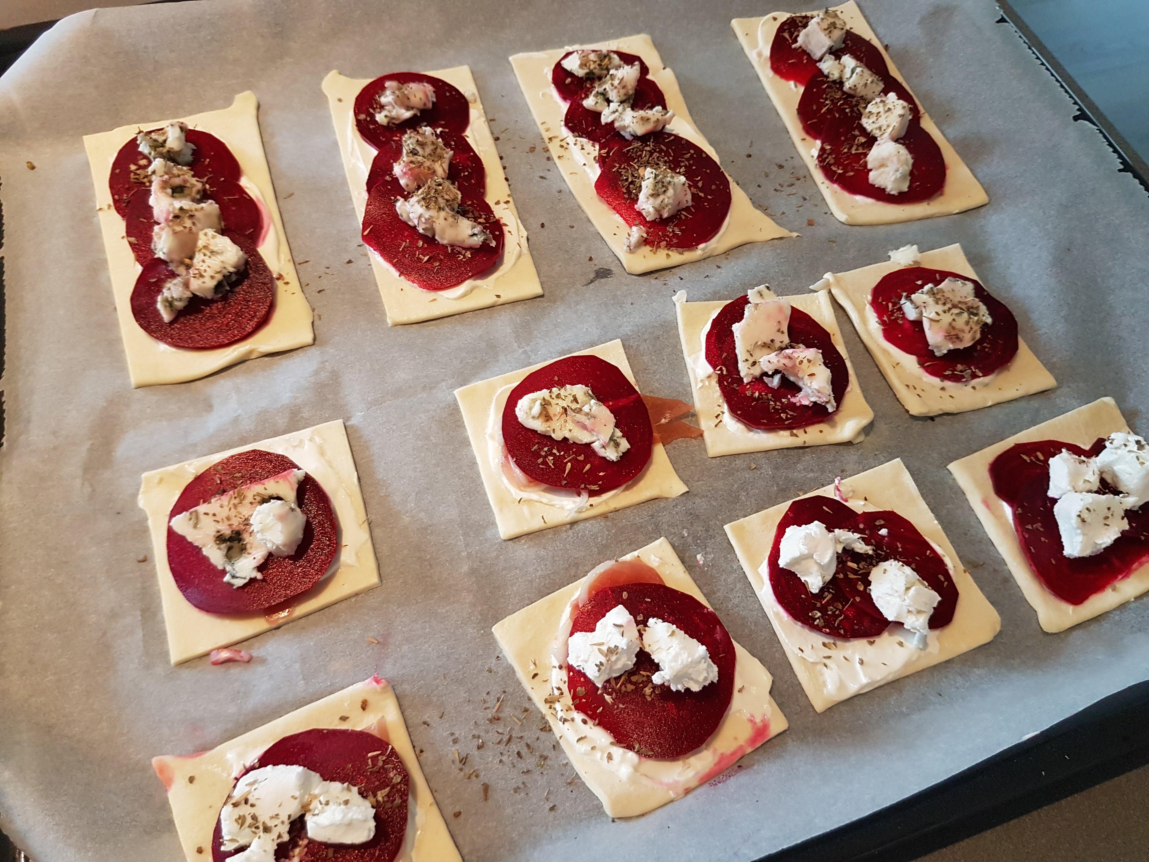 Rode biet bladerdeeghapjes voor ze de oven in gaan