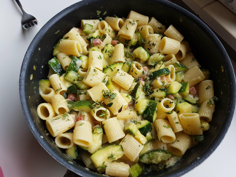 Pasta carbonara met courgette in pan