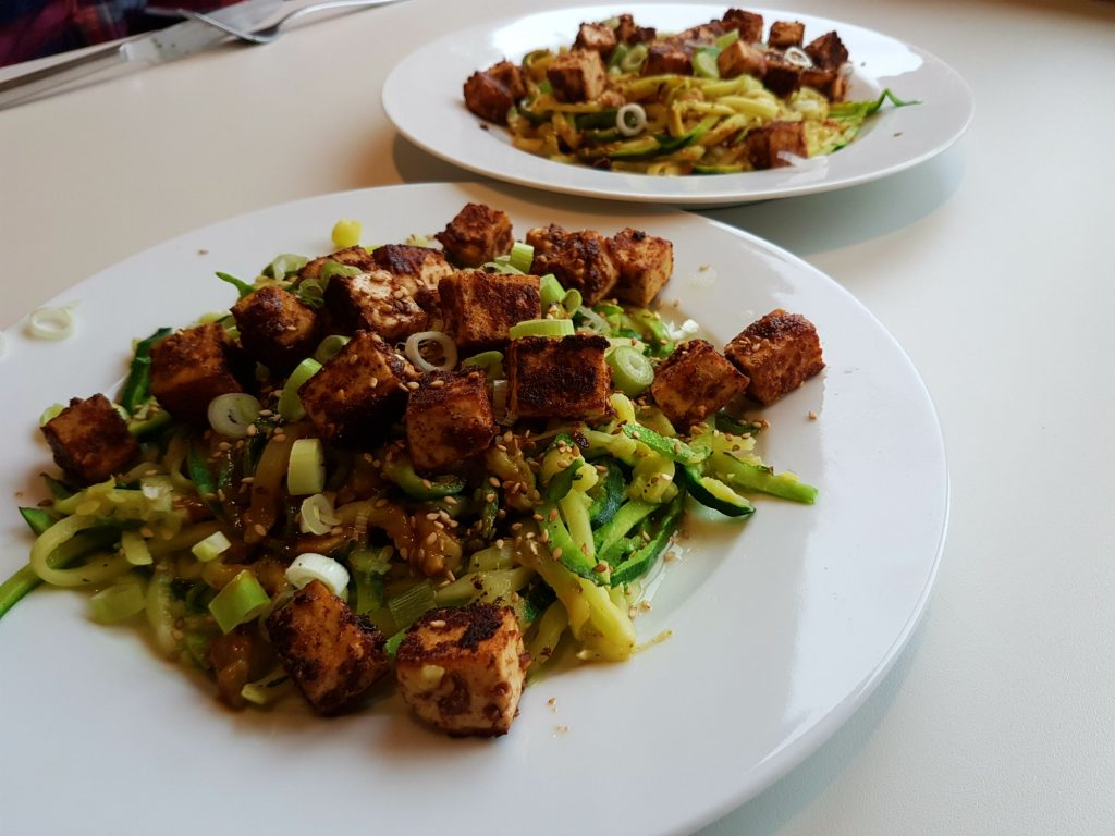Oosterse courgetti met knapperige tofu veganistisch