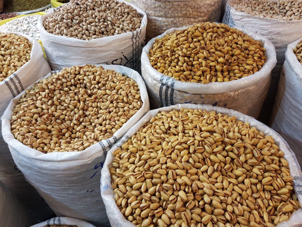 zakken vol pistache noten op tajrish bazaar in Teheran