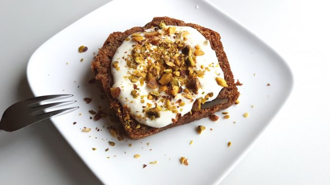 Courgettebrood met roomkaas topping en pistachenootjes