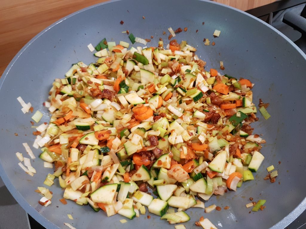 Nasi met courgette en buikspek in wok