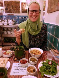 Met hoofddoek in restaurant Dizi in Teheran, Iran