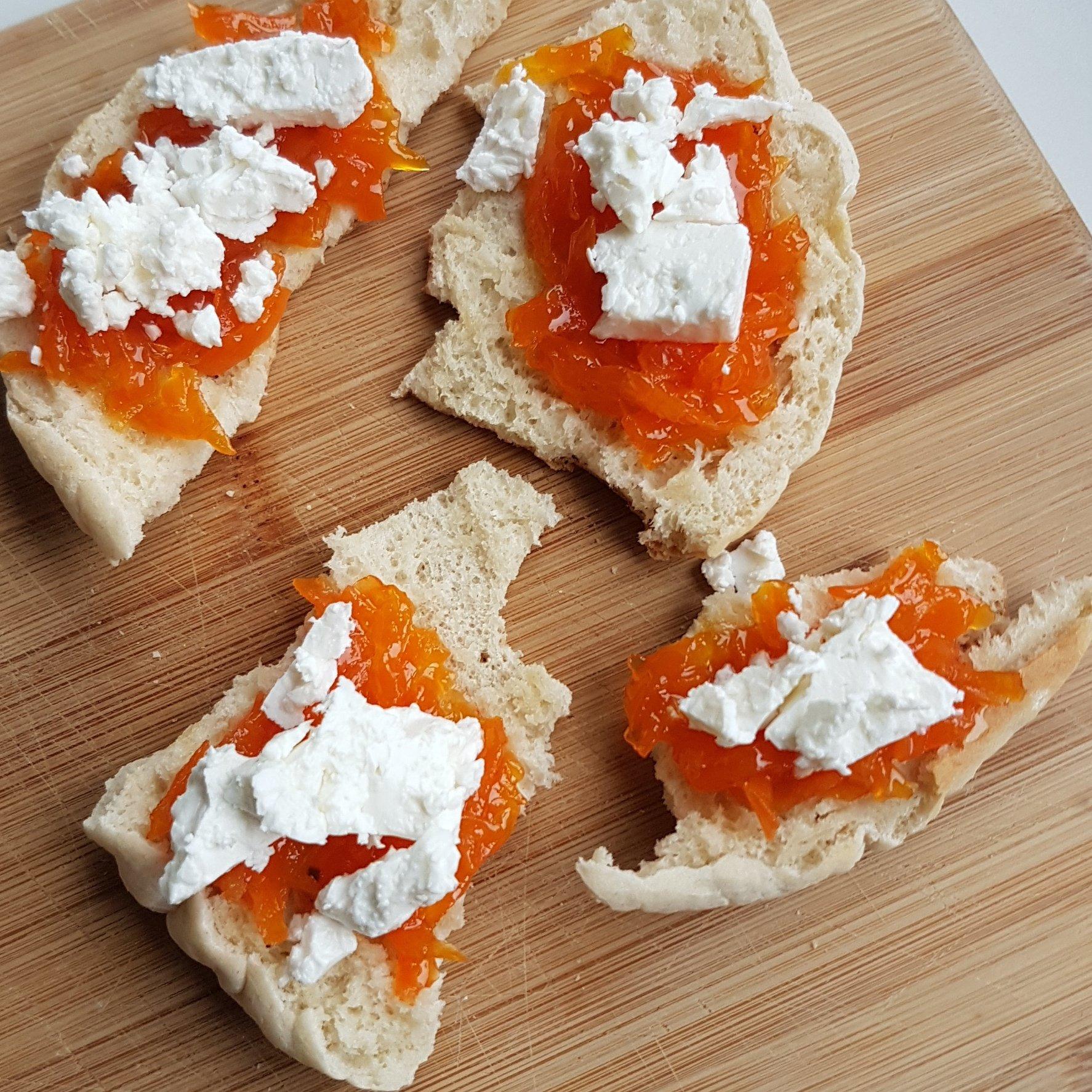 Perzische worteljam op platbrood met feta