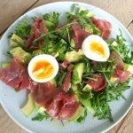 lunchsalade met avocado, rookvlees en ei