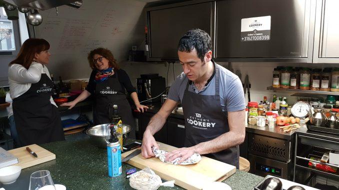 Jigal Krant tijdens workshop uit TLV kookboek