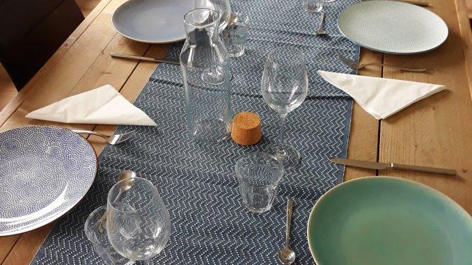 Gedekte tafel tijdens eerste huiskamerrestaurant