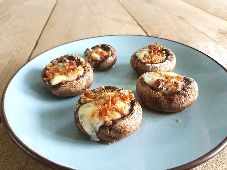 gevulde champignons met blauwe kaas en gefrituurde uitjes