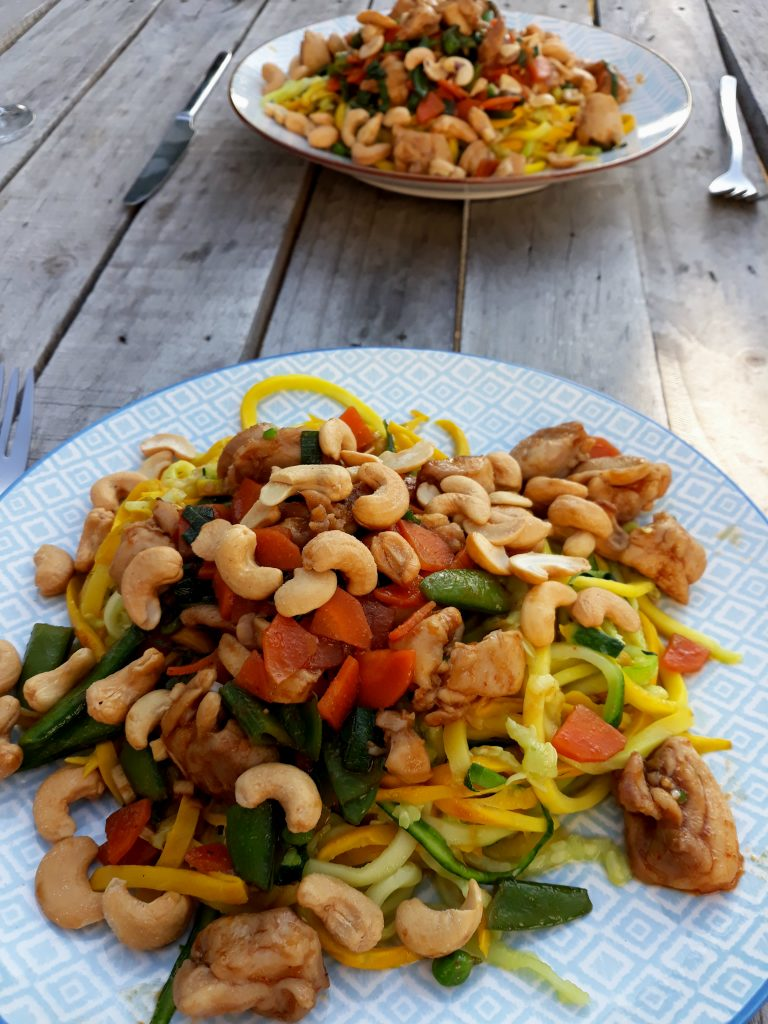 Courgetti met Thaise rode curry en cashewnoten