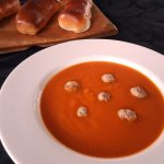 Pompoensoep in bord met gehaktballetjes en worstenbroodjes