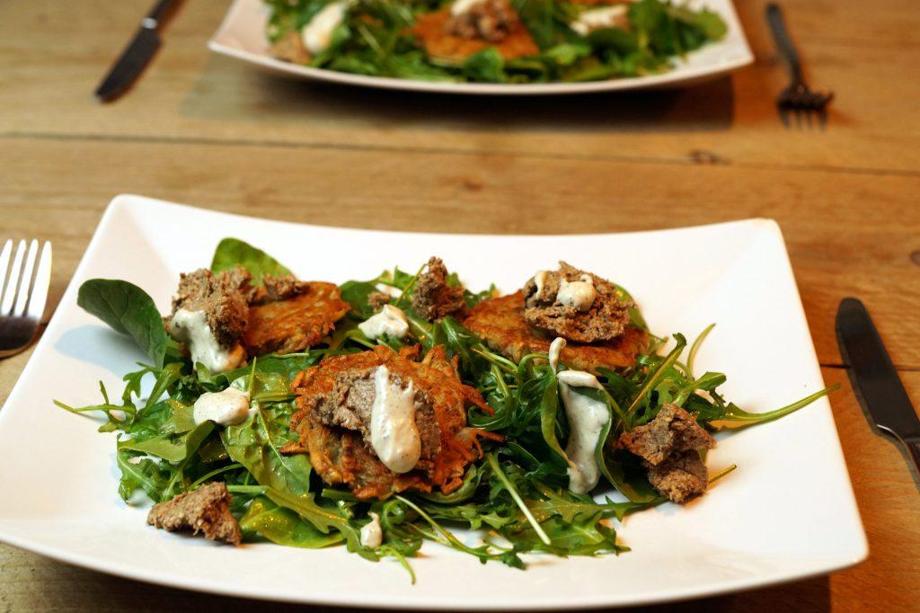 Salade met aardpeerlatkes, paddestoelentapenade en truffelmayonaise