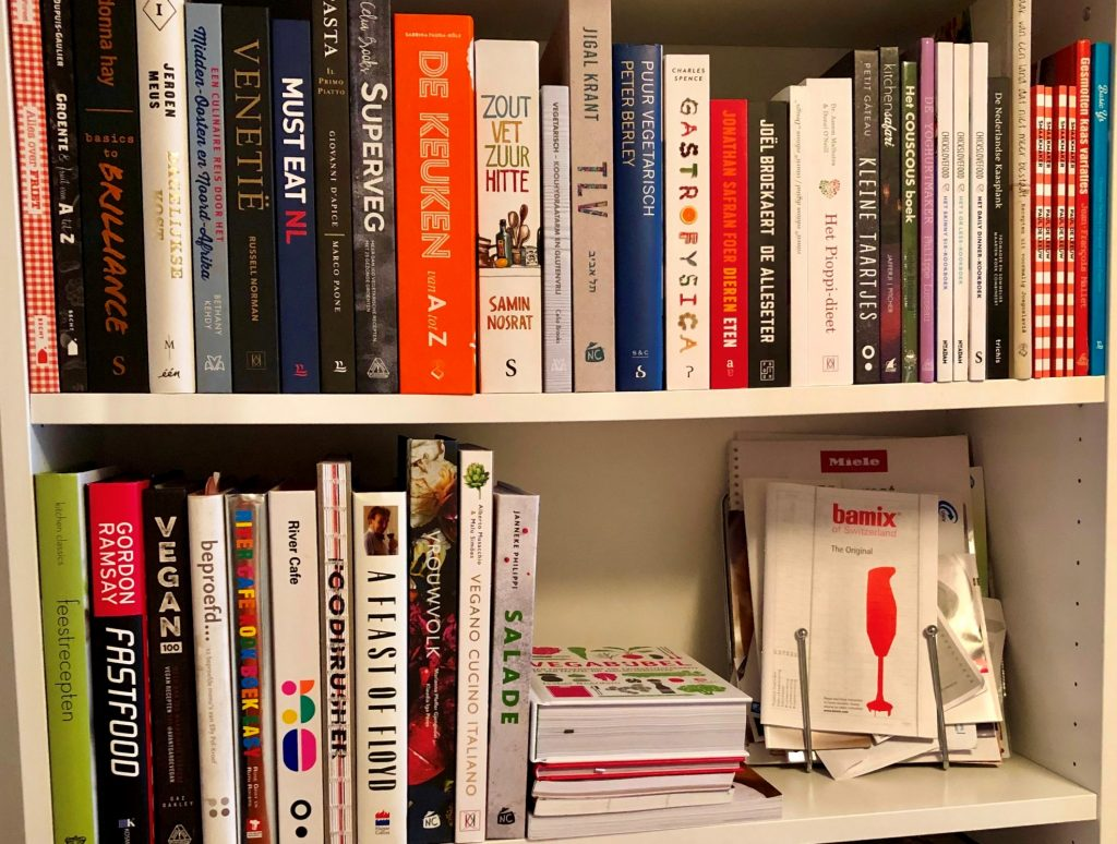 Boekenkast met kookboeken van Myreen Minnaar