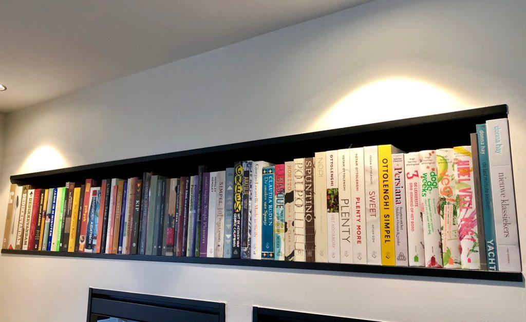 Kookboeken in muur van Myreen Minnaar
