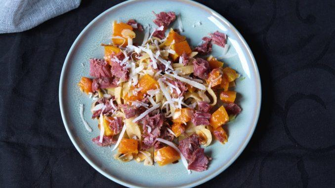 Pasta met stoofvlees van varkenswangen en geroosterde pompoen