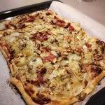 Plaattaart met witlof, rauwe ham en blauwe kaas op ovenplaat