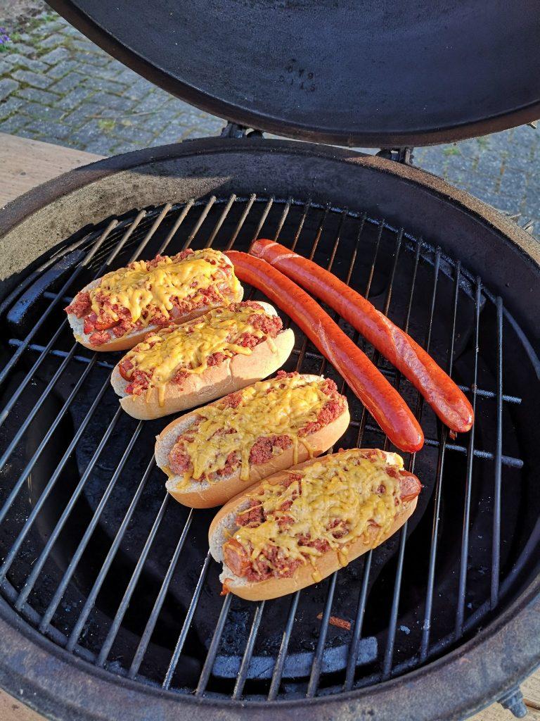 Chili cheese dogs op de BBQ met hotdogs