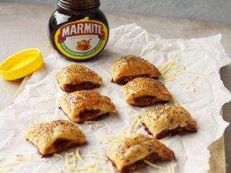 Mini saucijzenbroodjes op plank met potje marmite