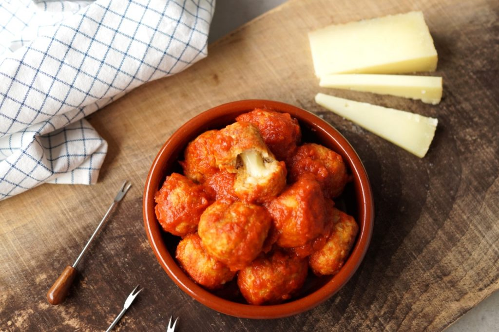 Spaanse gehaktballetjes gevuld met manchego in tapasschaaltje