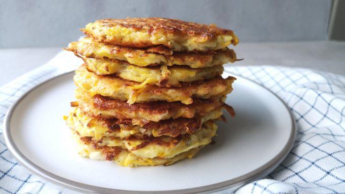 Stapel courgette pannenkoekjes op bord