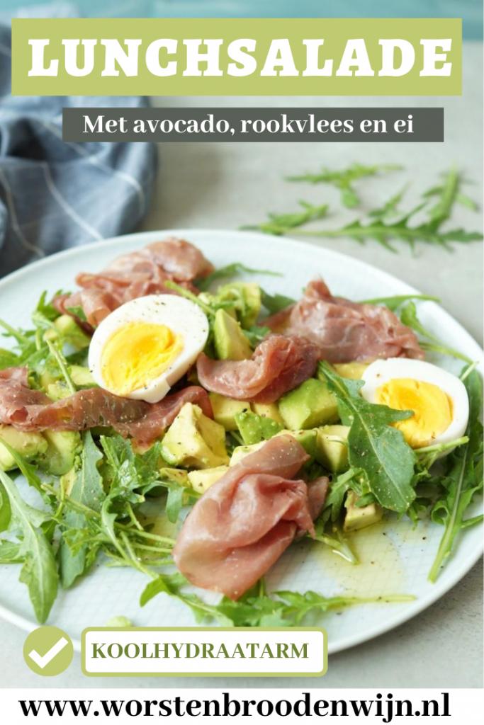 Pin van lunchsalade met avocado, rookvlees en ei