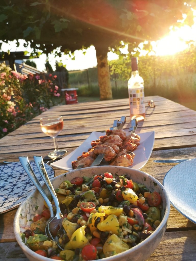 BBQ salade op tafel met gegrilde kip
