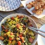 BBQ salade in schaal met gegrilde kip