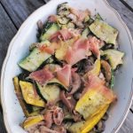 Gegrilde courgettesalade op bord