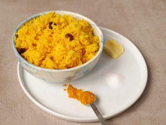 Gele rijst in schaaltje