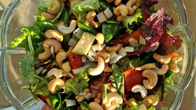 salade met gegrilde groenten van de bbq